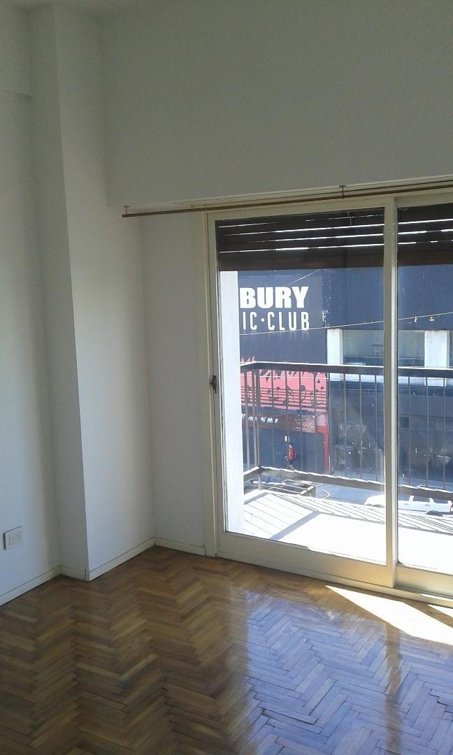 3 AMB, FRENTE, balcón corrido- living-comedor, 2 dorm plac, cocina , baño compl, lav. Sobre subte
