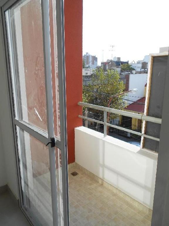 Departamento de dos ambientes al frente con balcón