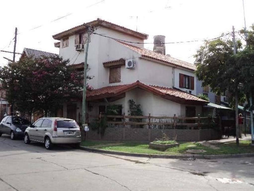 Departamento tipo casa en Venta de 5 ambientes en Buenos Aires, Pdo. de Moron, Haedo, Barrio Guemes