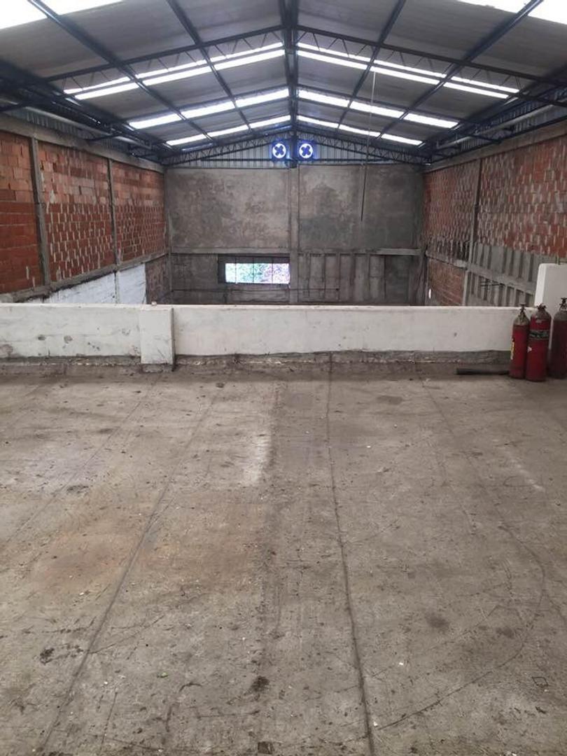 Gran galpón de 675mts cubiertos en tres plantas en zona industrial