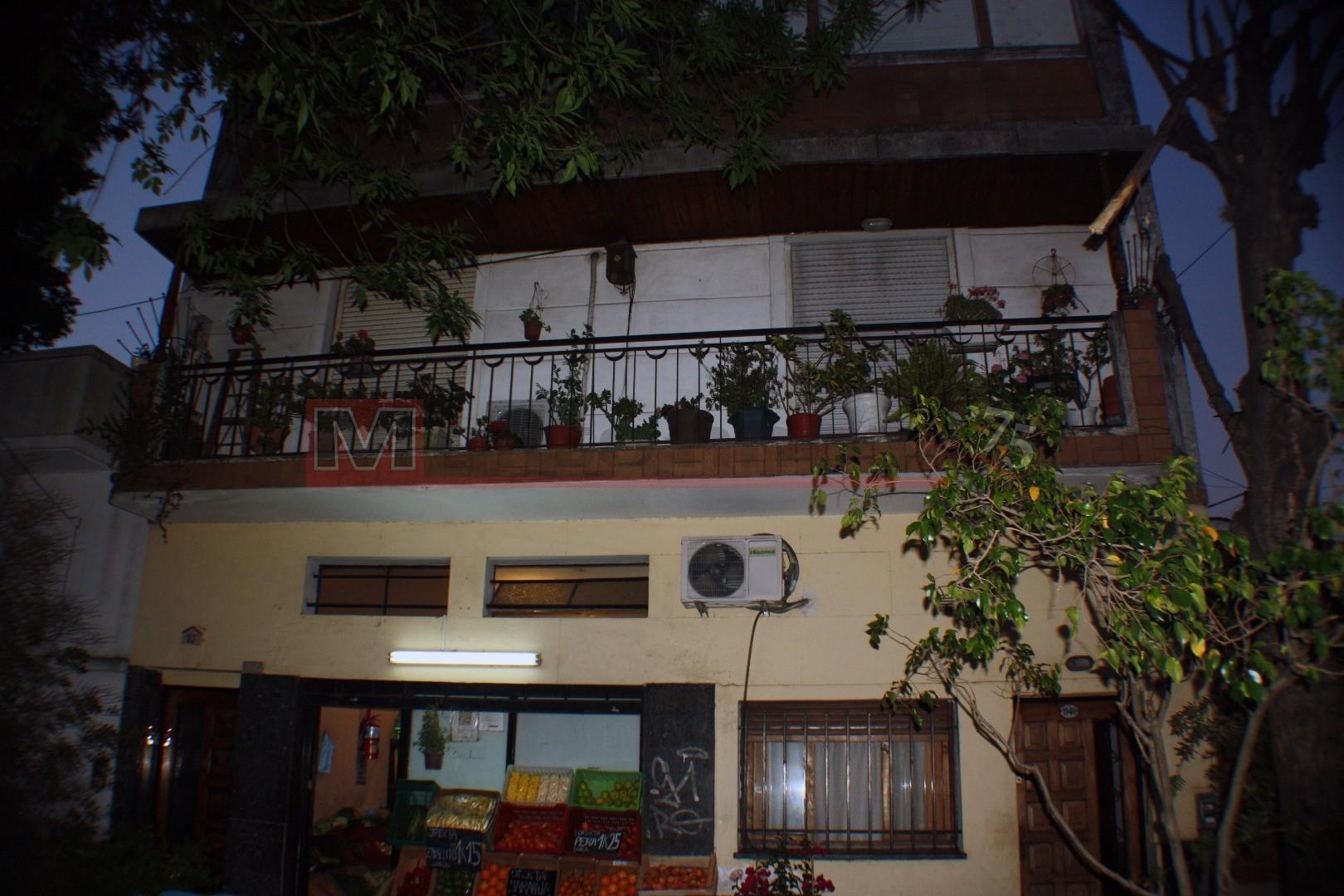 Venta en Block 2 Departamentos Tipo Casa 3 y 2 Ambientes con Terraza en Parque Avellaneda