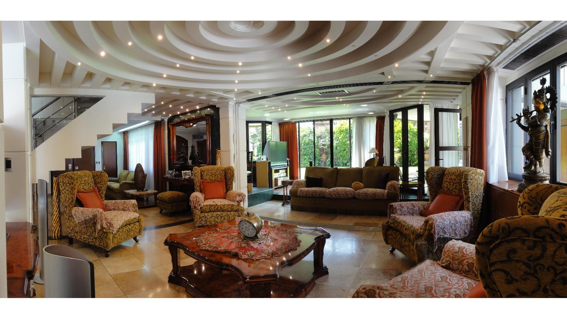 Excepcional Casa con Cocheras, Parque y Piscina