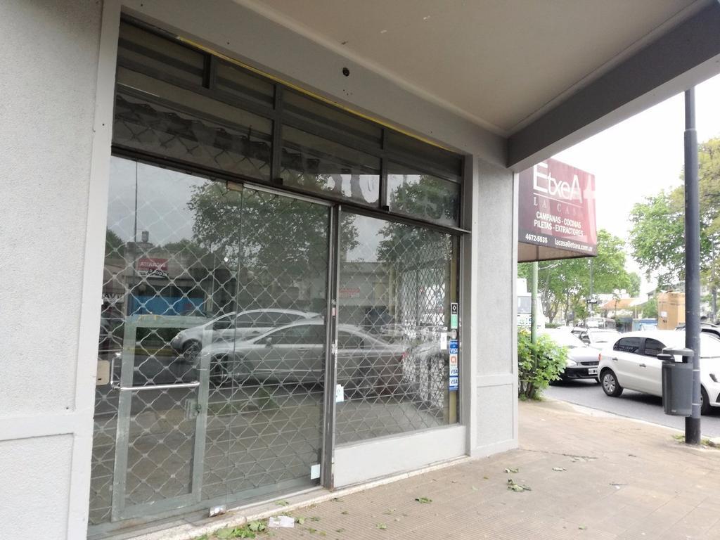 local zona super comercial! esquina 3 vidrieras! sobre av. juan b. justo