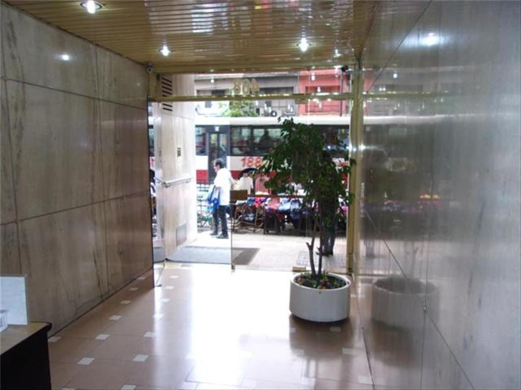 Excelente oficina de 30 m2 al frente sobre Av.a mts. de Av. Corrientes refaccionada a nuevo!!