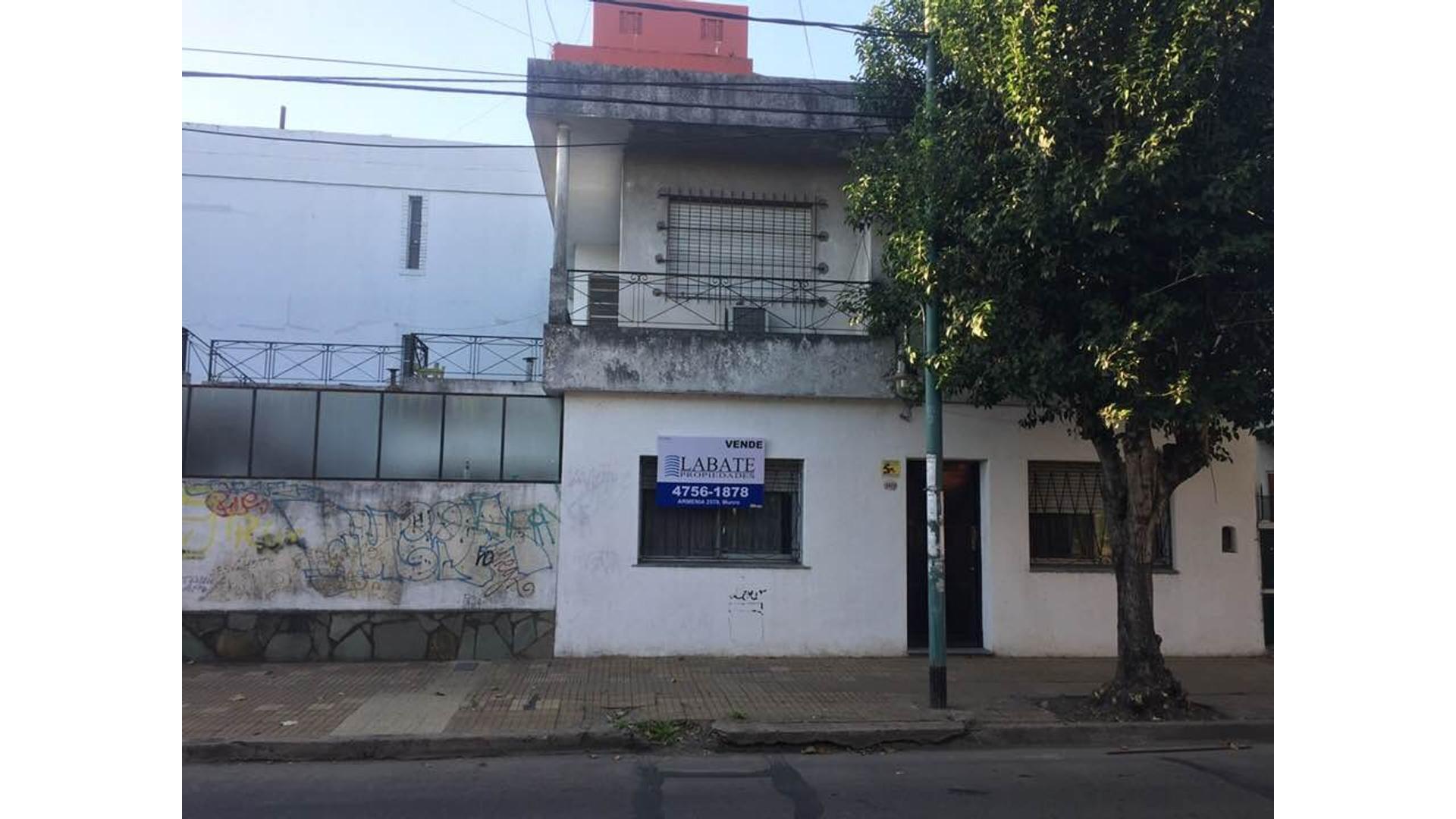 Sólida casa en dos plantas, con tres dormitorios, cochera, patio y terraza, a 2 cuadras de Av. Maipú