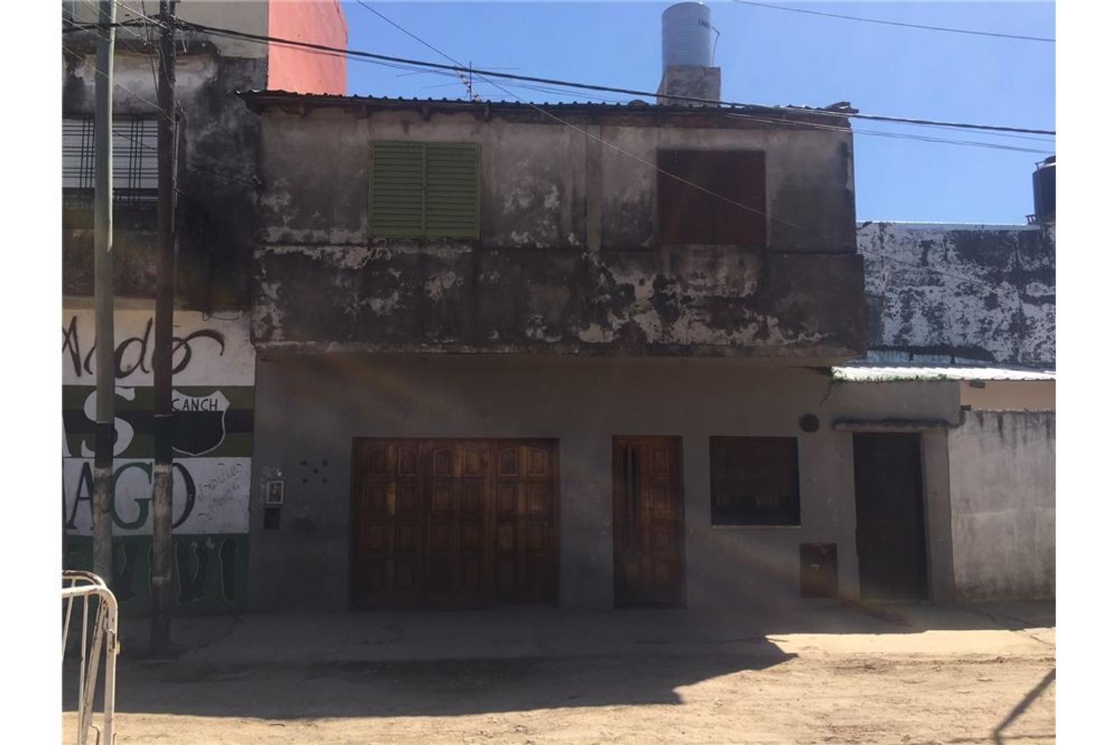 Impactante Casa de 2 Plantas, 8 Amb. y Patio.