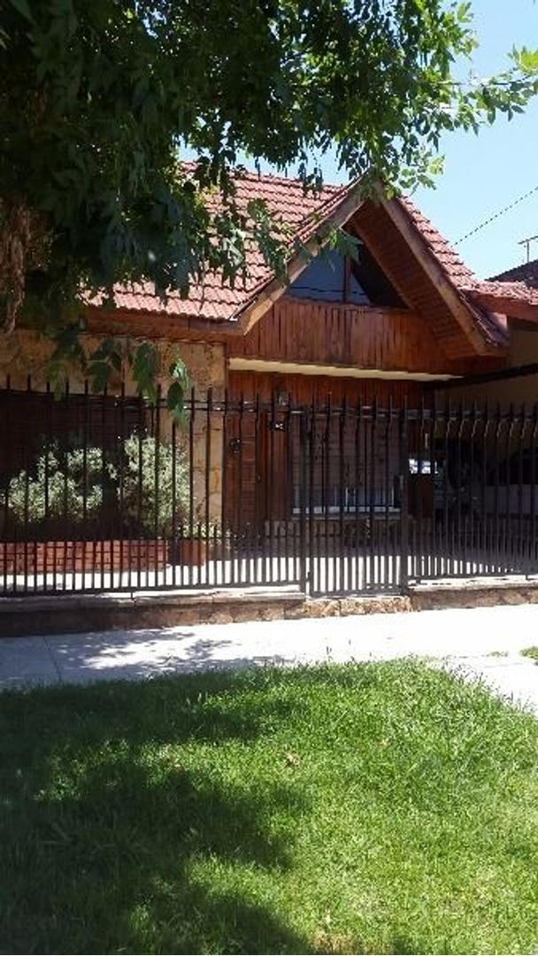 Venta Casa Chalet 4 amb c/cochera. Muy buena. Lomas de Zamora, Massenet y Rivera.