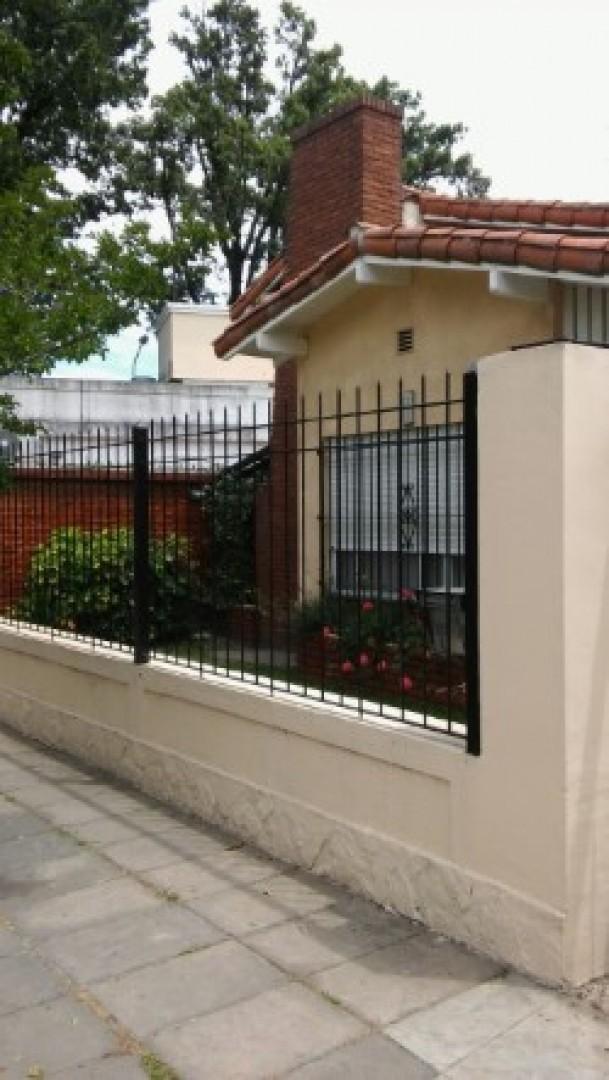Casa con 2 dorm, jardín, quincho y parrilla. Apto crédito.