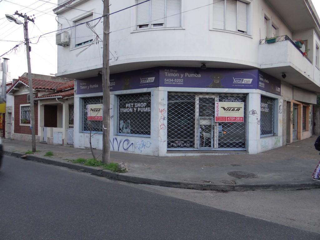 Muy Buen Local en esquina de 62 mts2 cubiertos + 50 mts2 de sotano, a mts de Av. Mitre.