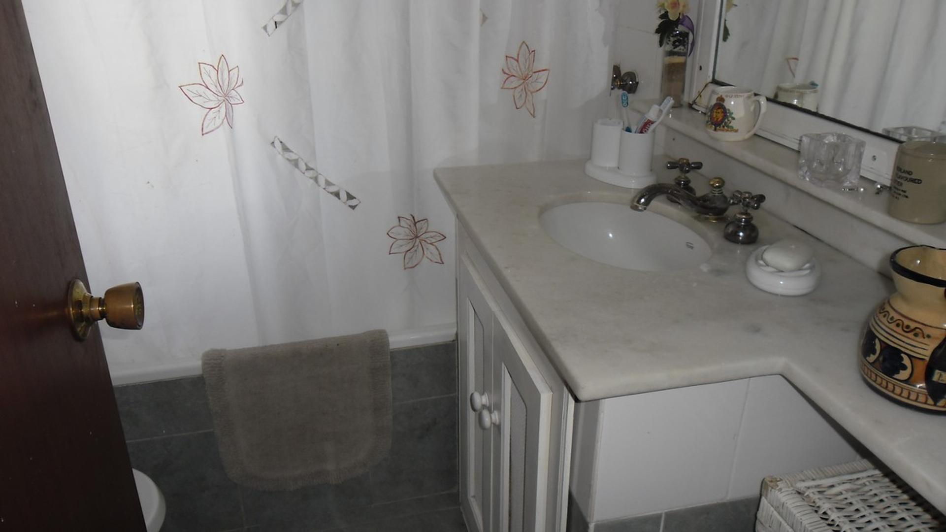 Casa - 240 m²   4 dormitorios   3 baños