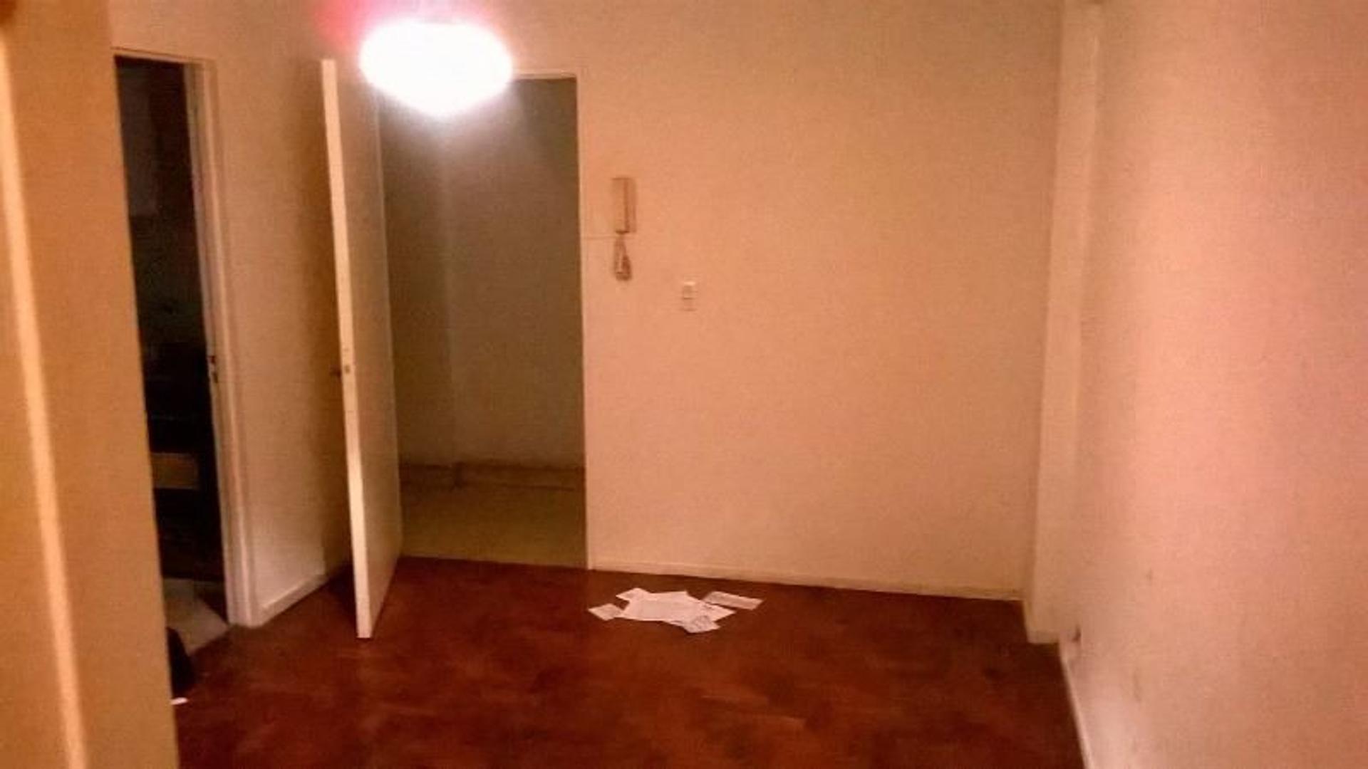 OPORTUNIDAD ... ! Departamento  de 2 amb en 1* piso . Lateral