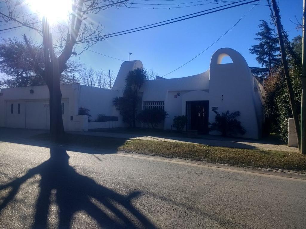 Hermosa propiedad de tres dormitorios en Barrio Los Carolinos