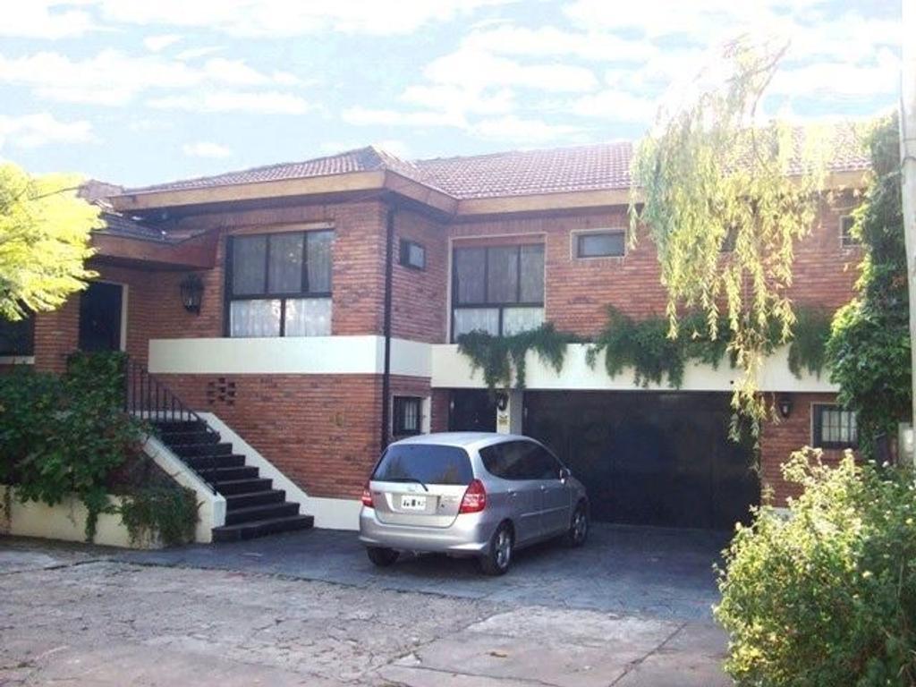 Amplia casa ideal para actualizar con dos lotes que suman de 902 m² !!!