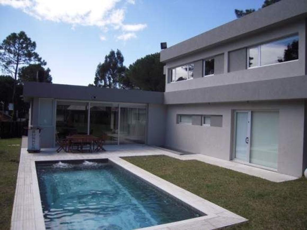Moderna casa minimalista con pileta climatizada