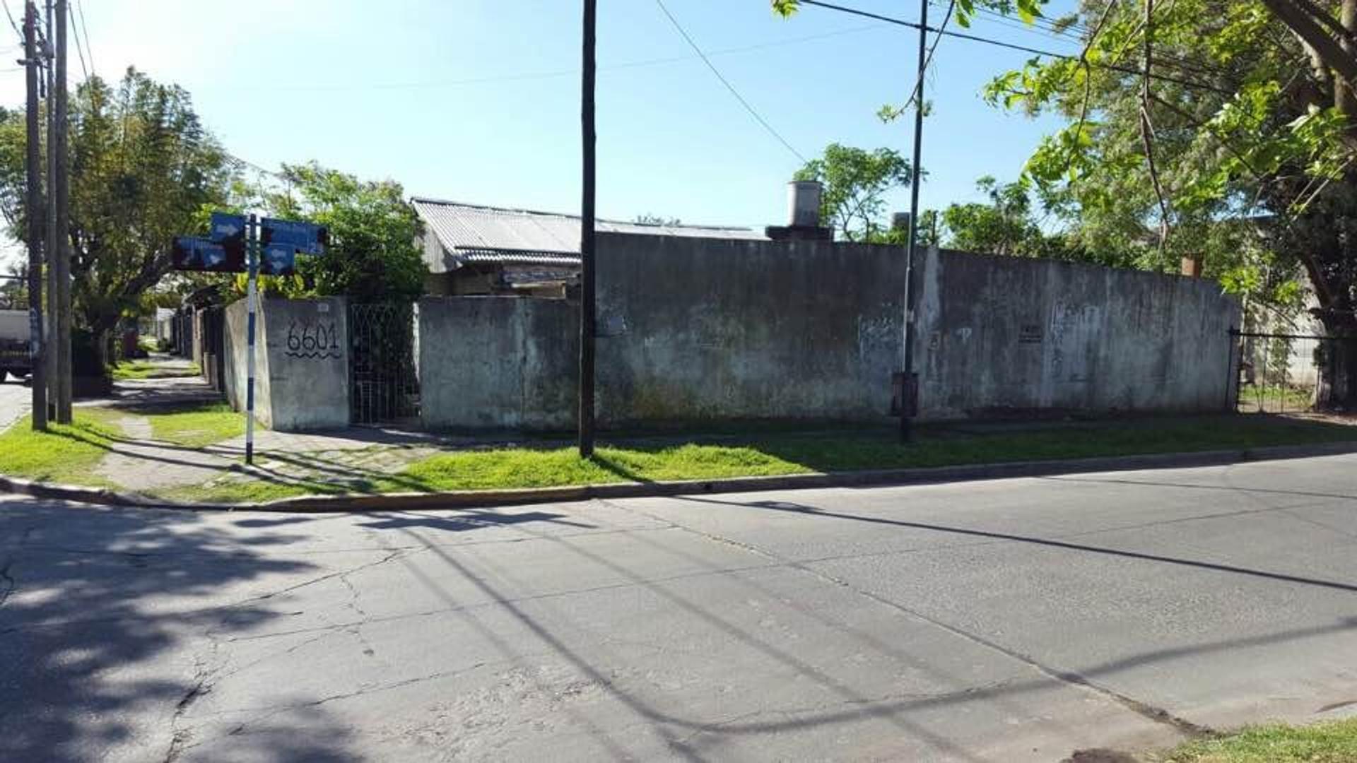 Chalet a reciclar de 3 amb en esquina, sobre lote de 11,30 x 26mts, a 2 cuadras de Alcorta