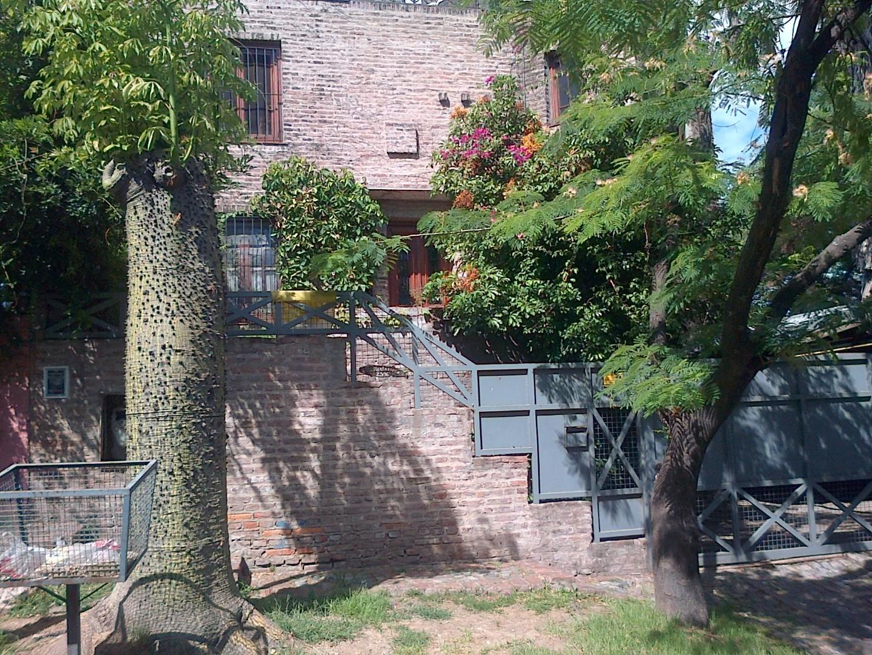Casa a mejorar, con buen jardín ubicada en Montevideo esquina Patagonia, Horqueta!