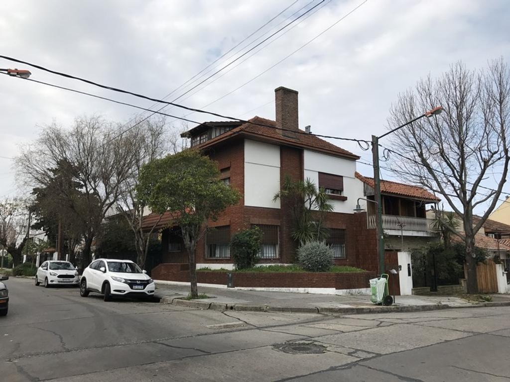 Casa 6 amb con jardin,  a 300 mts avenida en zona residencia