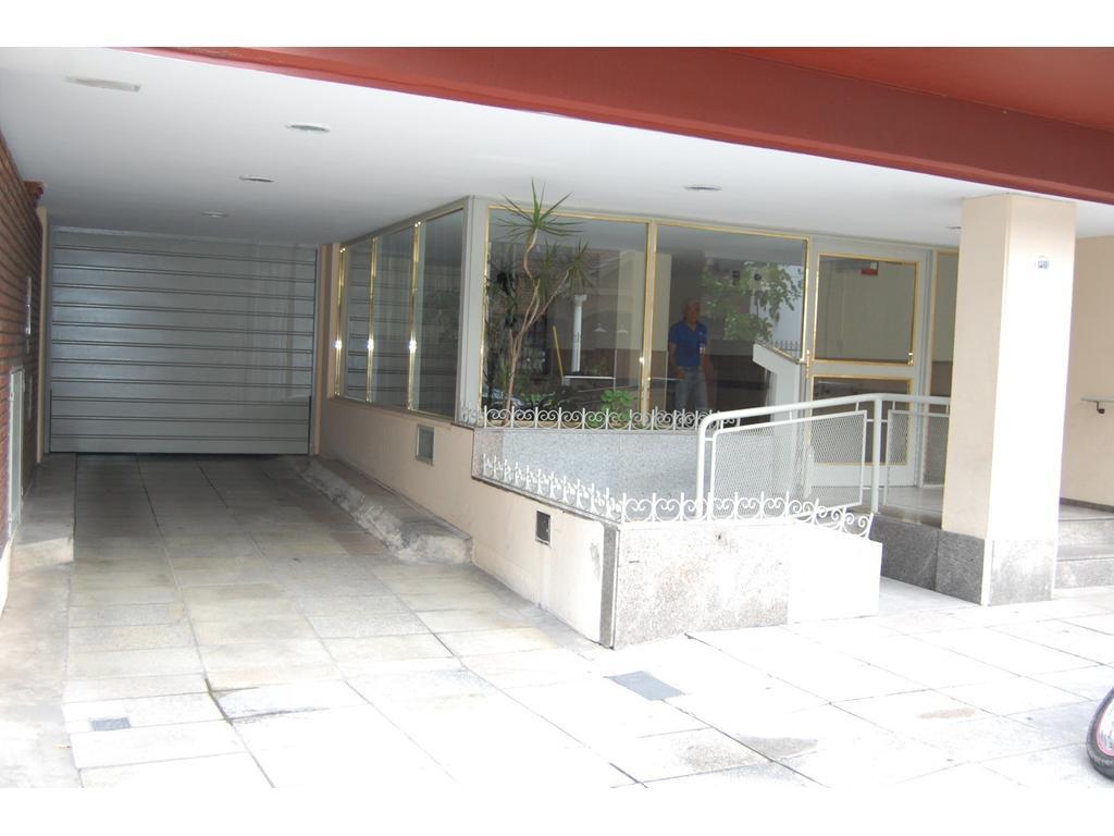 Tres ambientes con cochera y gran patio