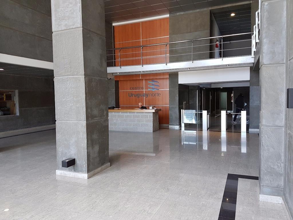 Amplia oficina en Edificio Uruguay Norte.