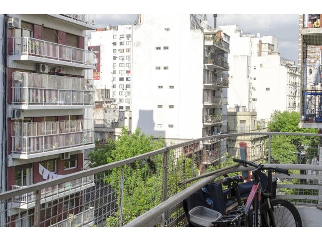 Departamento 3 ambientes en Balvanera. Con balcón. Muy luminoso, en una zona súper accesible.