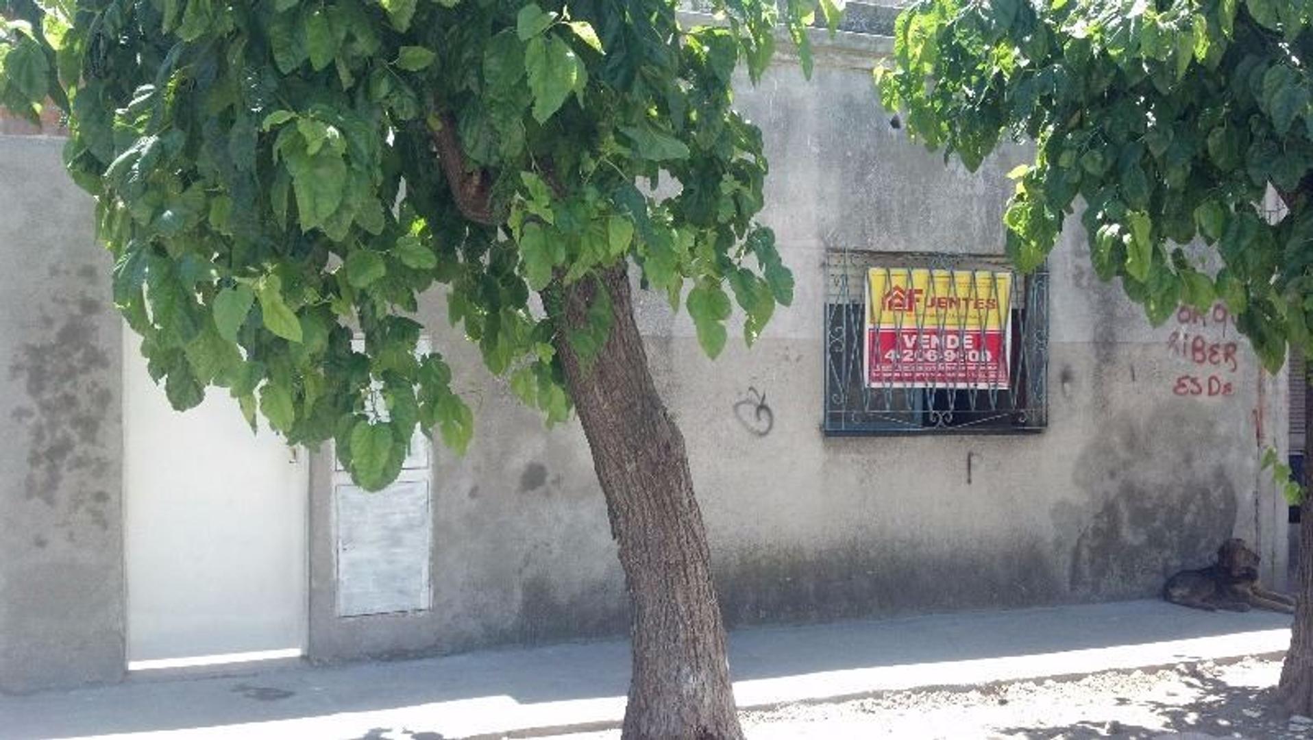 Venta PH 3 ambientes en Sarandí con fondo libre