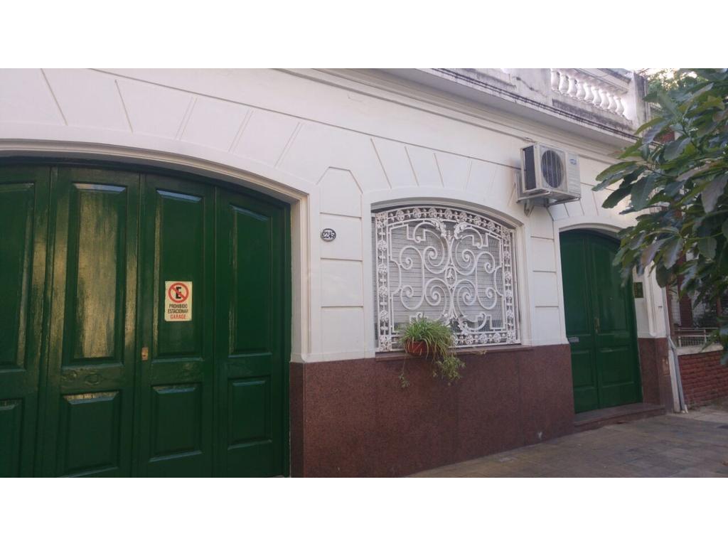 Excelente casa de época, 6 ambientes con patio, enorme terraza y garage. Dividido en 2 deptos. CASH