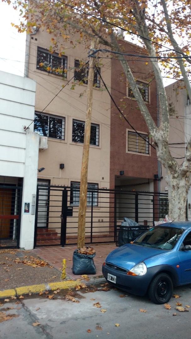 excelente departamento de dos ambientes con terraza propia y lavadero cubierto. muy buena ubicación