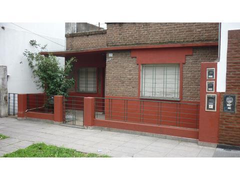 Departamento tipo casa de DOS AMBIENTES con patio y terraza