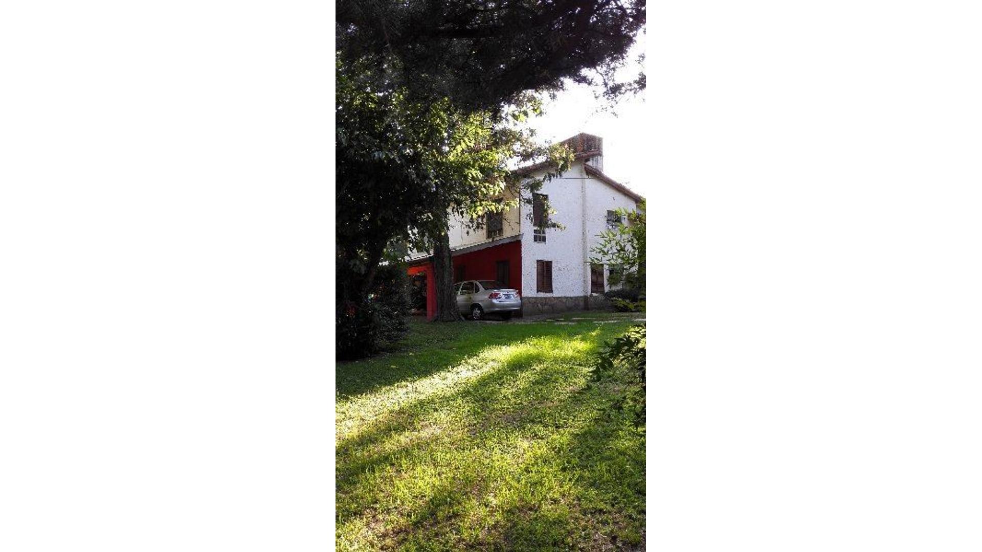 Vendo Casa con amplio Parque y Añeja arboleda
