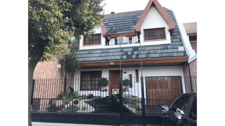 Hermosa casa de 5 amb. ubicada en excelente zona de versalles