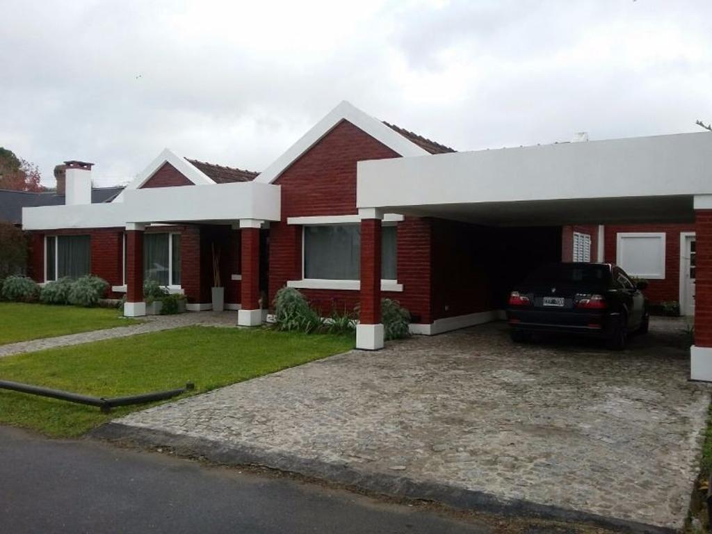 Moderna propiedad en Campos de Echeverría.