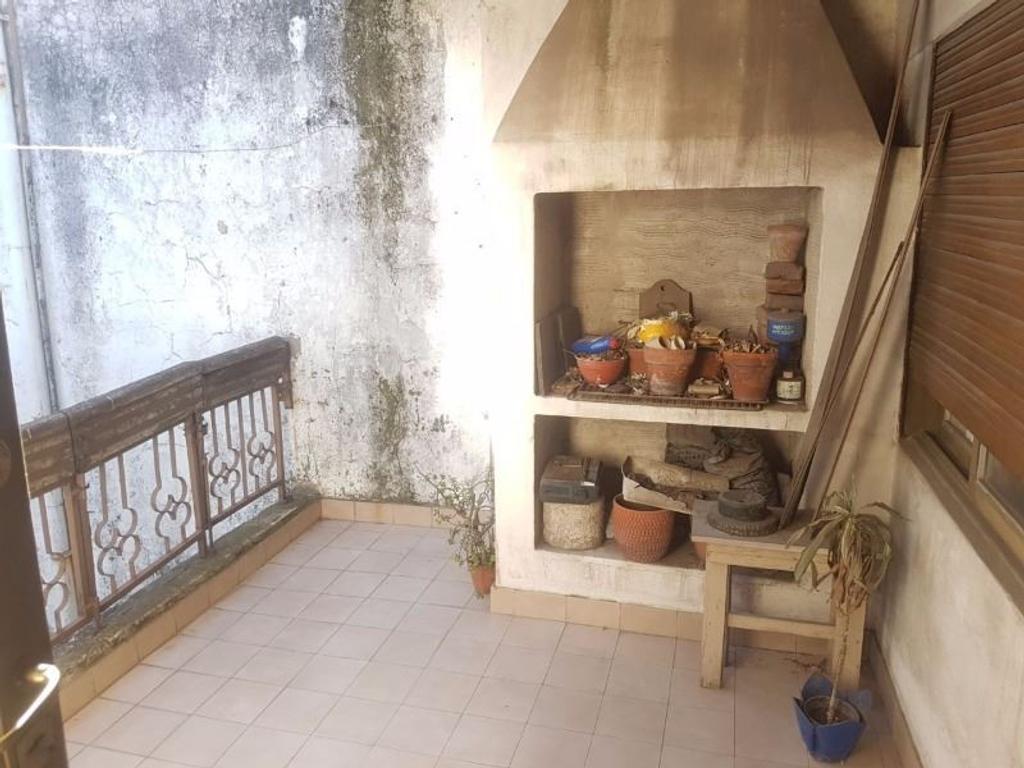 Tipo casa 4 ambientes en 2 plantas, patio con lavadero, balcón terraza, 2 baños. Para refaccionar