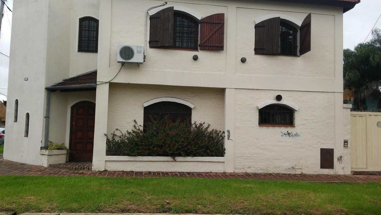 MUY BUENA CASA DE 5 AMBIENTES CON GARAGE Y PILETA SOBRE LOTE DE 10 X 30 EN CHILAVERT