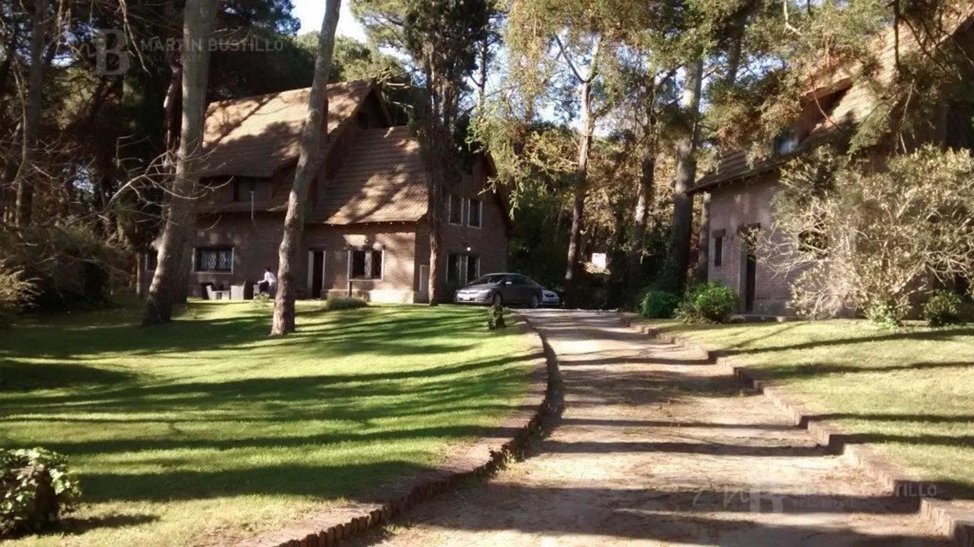 Casa en venta en Carilo sobre 3 lotes