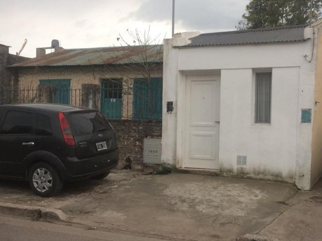 Terreno Con un departamento de un dormitorio nuevo y una casa a demoler.
