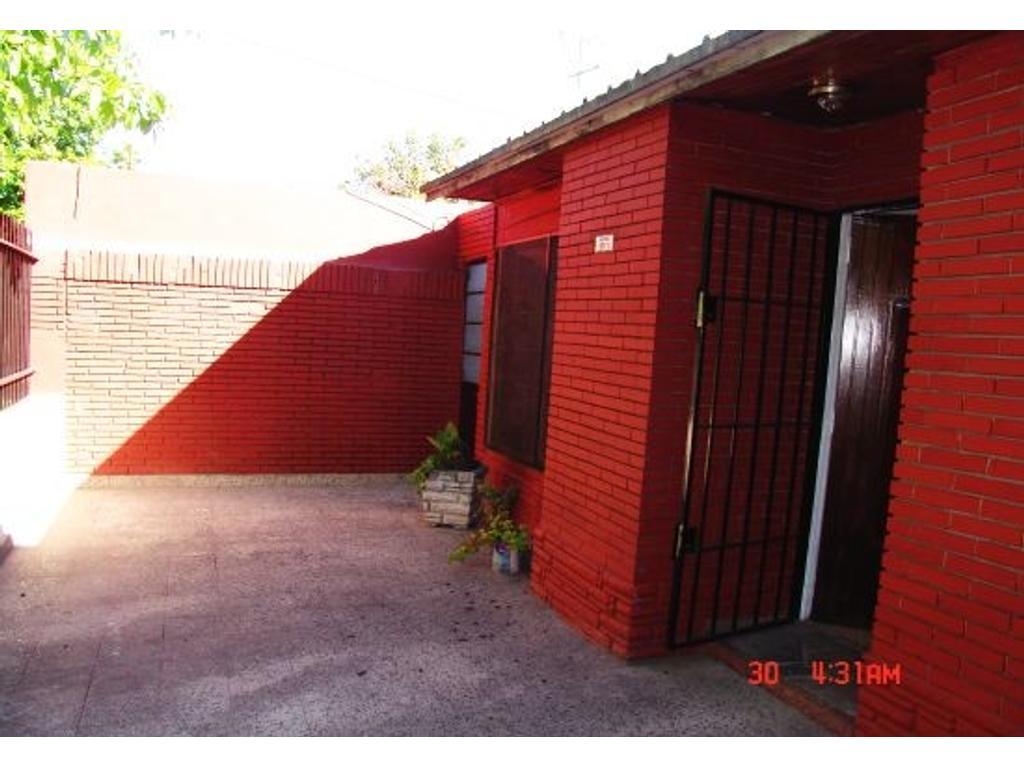 Floresta sur pque avellaneda  alquilo casa al fte 3 amb con 2 patios muy grandes oportunidad