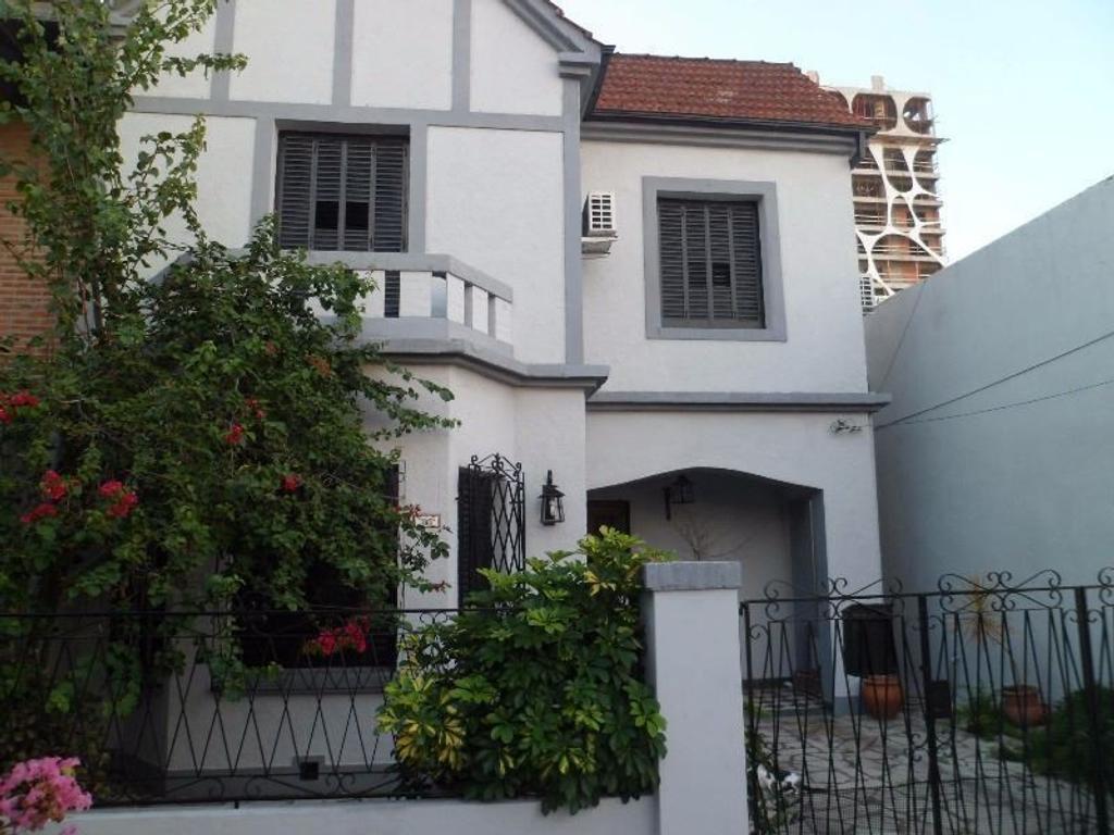 Enorme casa de 5 amb con fondo y pileta