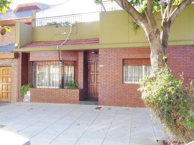Destacada Casa en lote propio 4 amb con patio y terraza a mts Parque Saavedra
