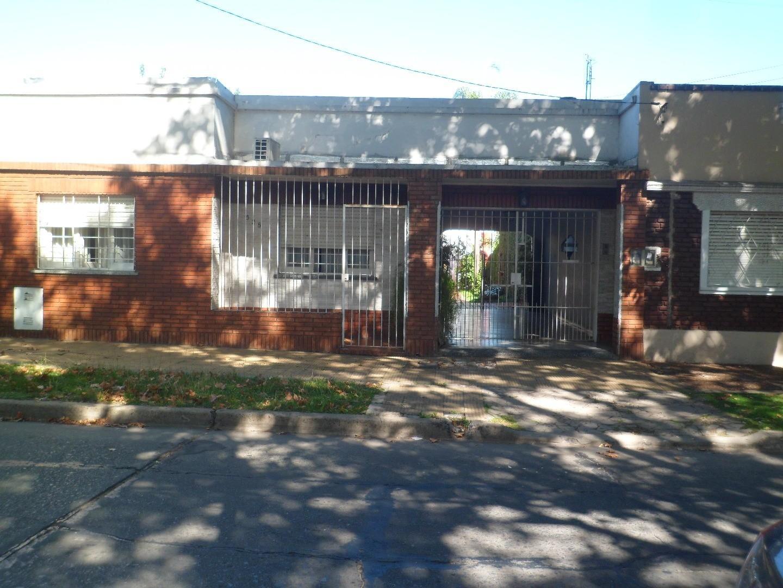 Morón central. 2 casas en lote de 300 m2- 3 y 4 amb c/dep-garage p/2 autos. lavadero