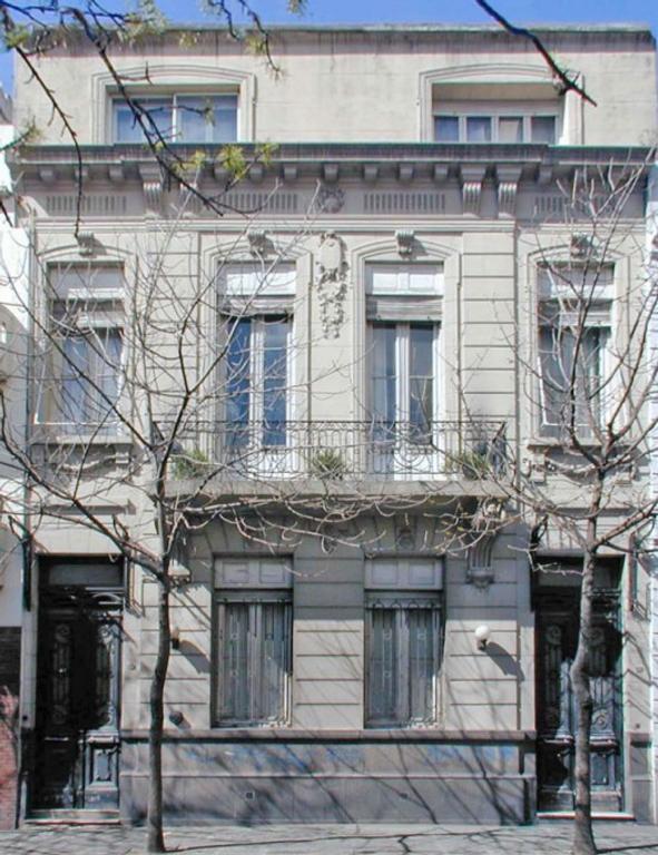 Santiago del Estero 1100 Casa refaccionada 900 m2. 3 plantas 8 dorm. 7 baños. Patio