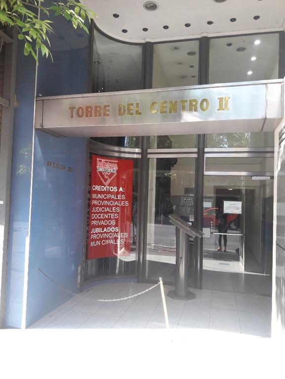 VENDO OFICINA CON PATIO INTERNO PRIVADO