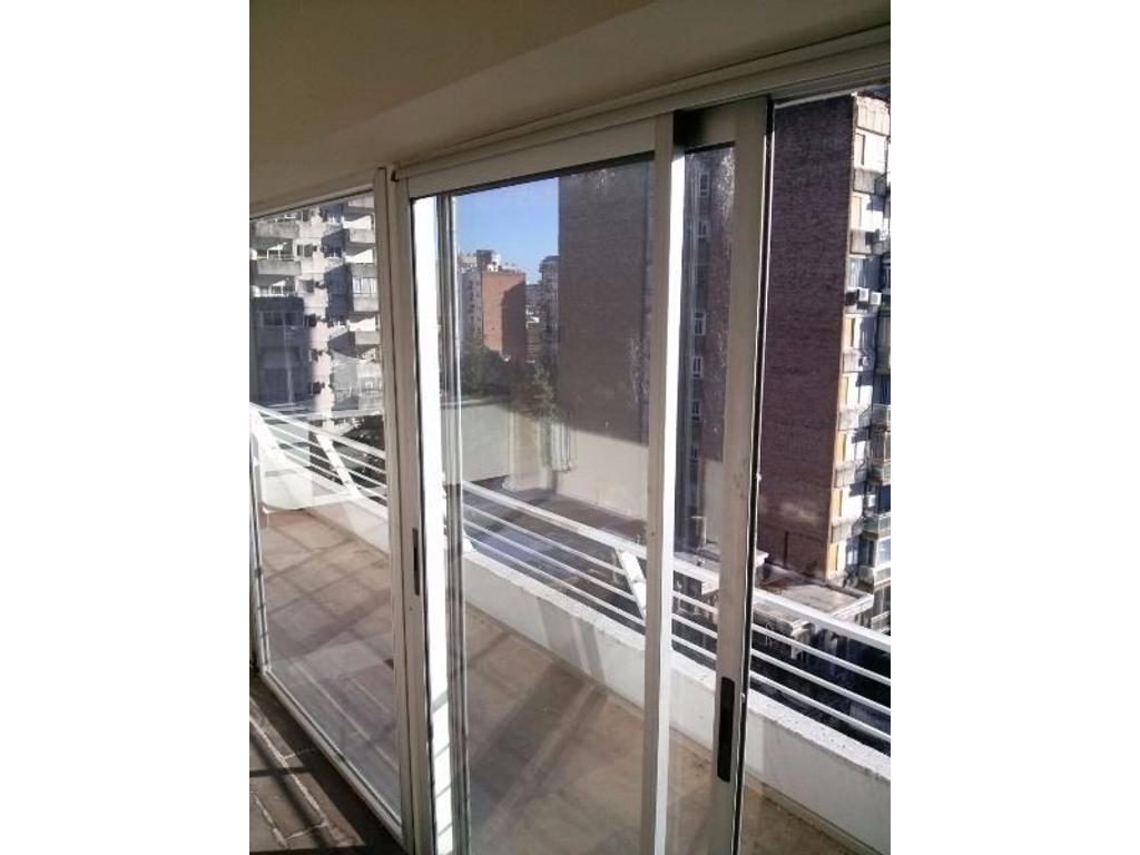 Hermoso monoambiente con gran ventanal y enorme balcon al Norte. Escriturado