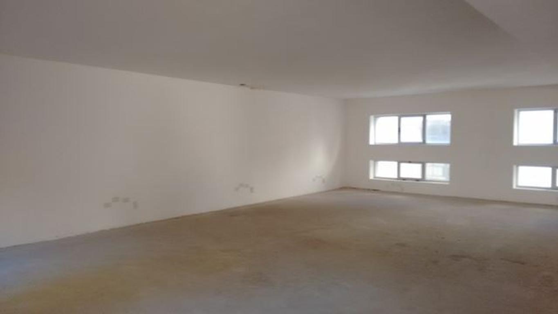 Edificio en Block de 2500 m2 , con local y 3 niveles de oficinas.
