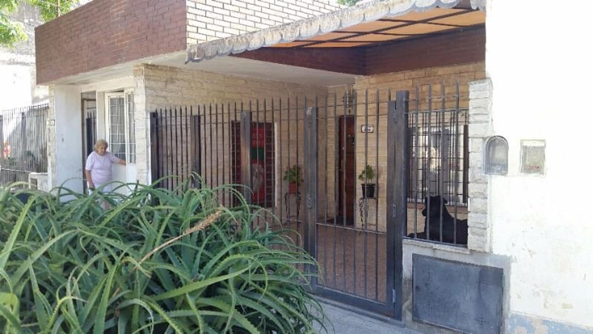 Casa multifamiliar, al frente 3 ambientes amplios con garaje y atrás 3 ambientes en dos plantas