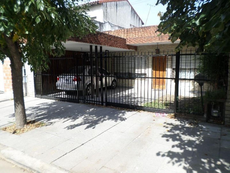 Casa de 4 Amb con 2 Cocheras +  2 Amb en Terraza a Refaccionar. Oportunidad!