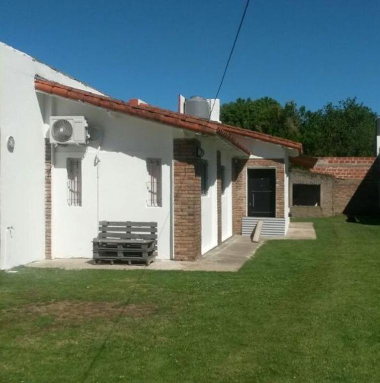 XINTEL(JSP-JSP-93) Casa en Gonnet, entre caminos, con lote de 10x50.