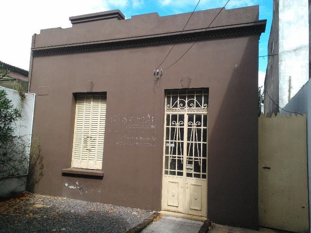 Casa Antigua sobre avenida 7 entre 35 y 36. entrada para autos, fondo.  Lote 7.50 x 39.99