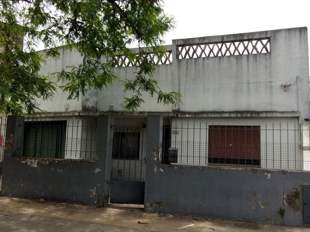Casa en venta de 5  ambientes sobre Echeandía a mts de Av. Piedrabuena