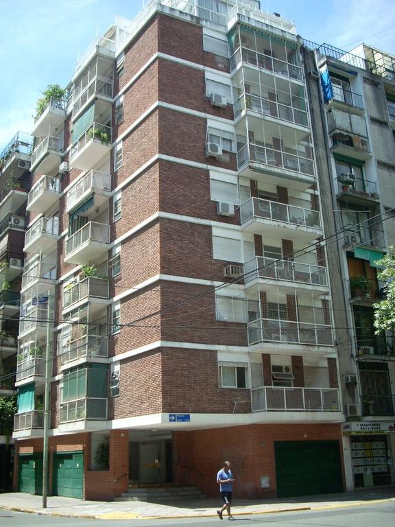 3 ambientes, 3 cuadras Alto Palermo y subte,  frente, balcón, excelente estado.