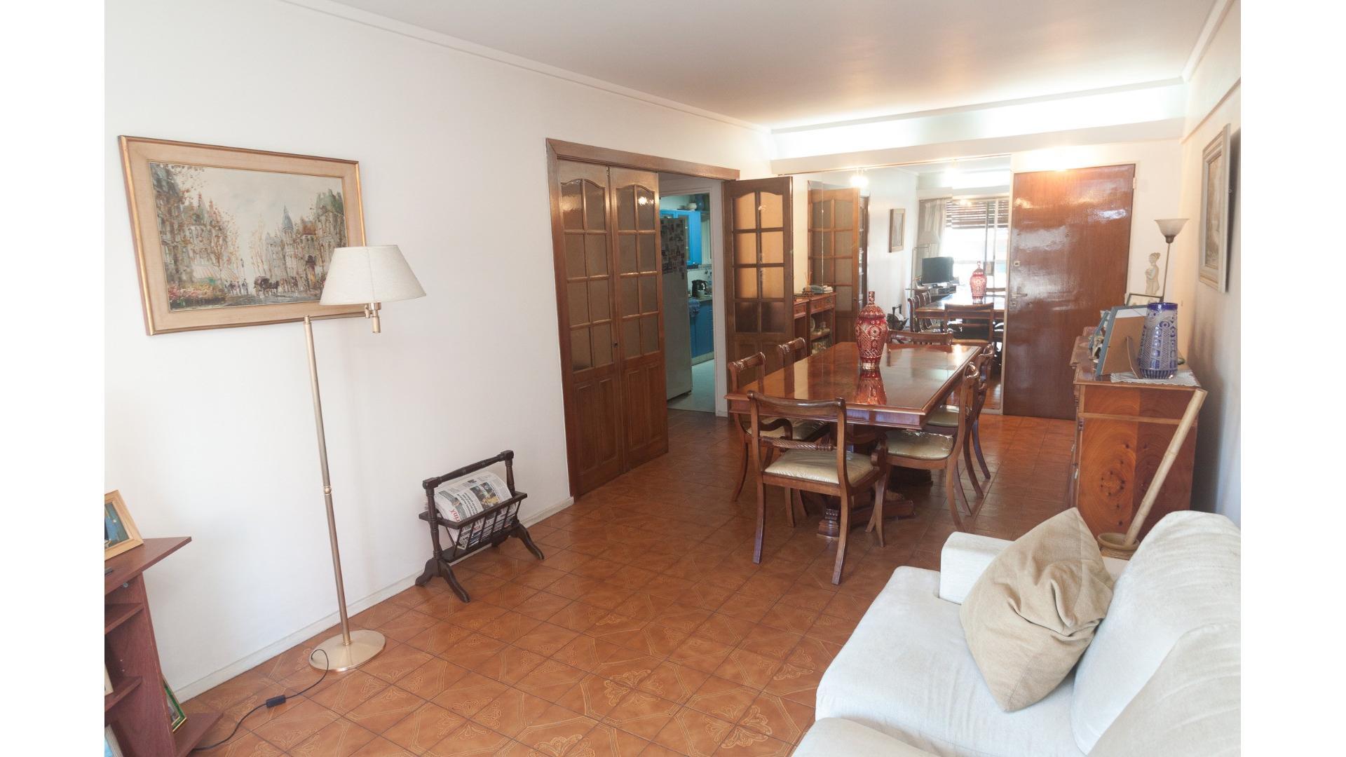 Espléndido Departamento de 4 ambientes, excelente estado con palier privado y Cochera